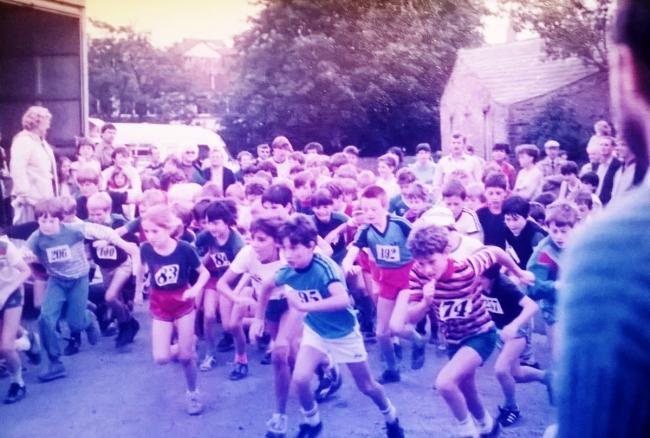 The massed start of the juniors race in the 1986 Tor Mile in Helmshore